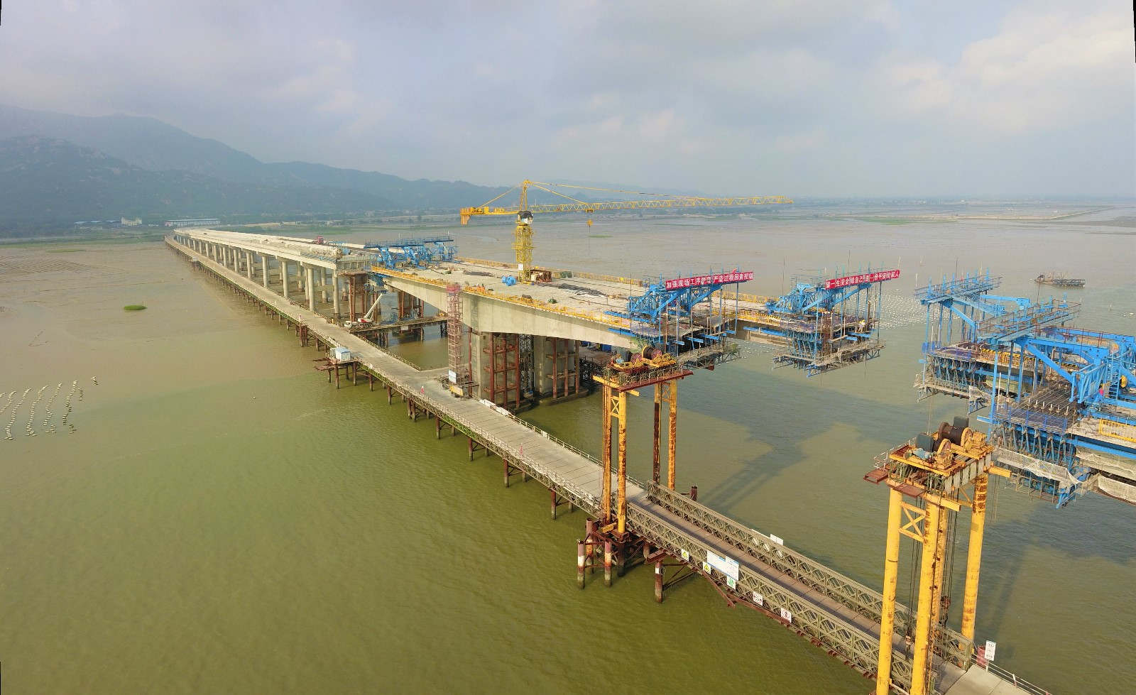 漳江湾跨海特大桥桥面三跨连续箱梁即将开始合拢