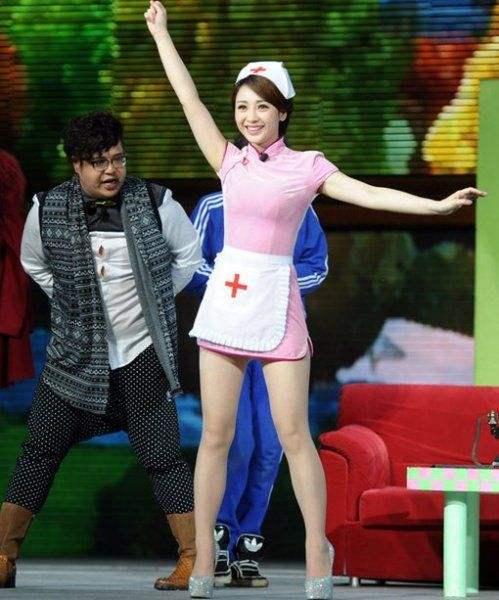 柳岩穿护士服演出,裙子太短引争议,网友:败坏护士形象