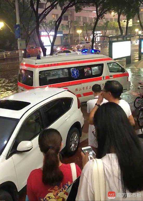 母女公交站触电身亡 疑似公交广告牌漏电导致