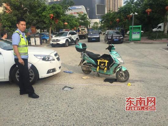 ca88亚洲城手机版下载_莆田:外卖小哥接单赶时间 刹车不及与小车相撞