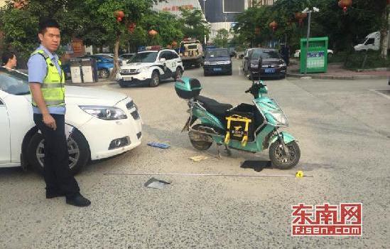 莆田:外卖小哥接单赶时间 刹车不及与小车相撞