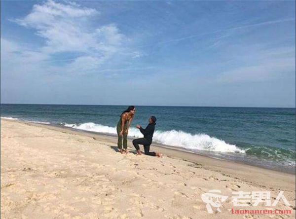 福勒海边下跪求婚 模特女友点头答应秀求婚钻戒