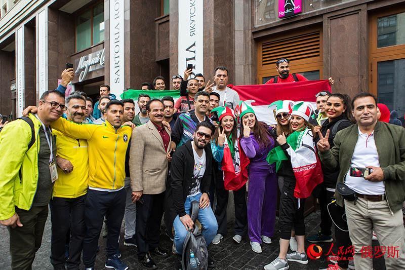 世界杯倒计时:球迷街头狂欢为自己的国家打Call