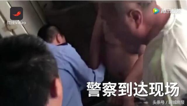 小偷在体院行窃被多名学生围攻,见到警察崩溃求抱抱