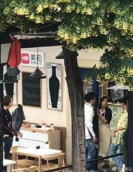 中餐厅2王俊凯骑自行车带赵薇兜风 苏有朋独自一人紧随其后
