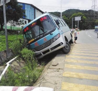县道329线省新段客车侧翻 司机系安全带躲过一劫