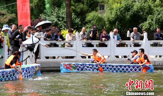 西宁市民铁锨当桨人工湖上赛龙舟迎端午