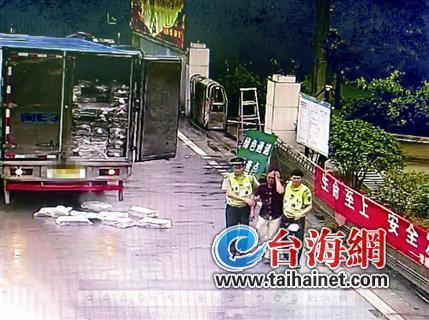 ca88亚洲城手机版下载_驾车司机反被自己车上掉落的冻鱼片砸中受伤