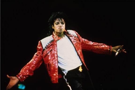 MJ好莱坞星星标志被喷漆 女儿帕丽斯火速清理