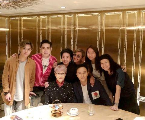 张智霖与妈妈合照曝光 71岁妈妈颜值高美貌惊人