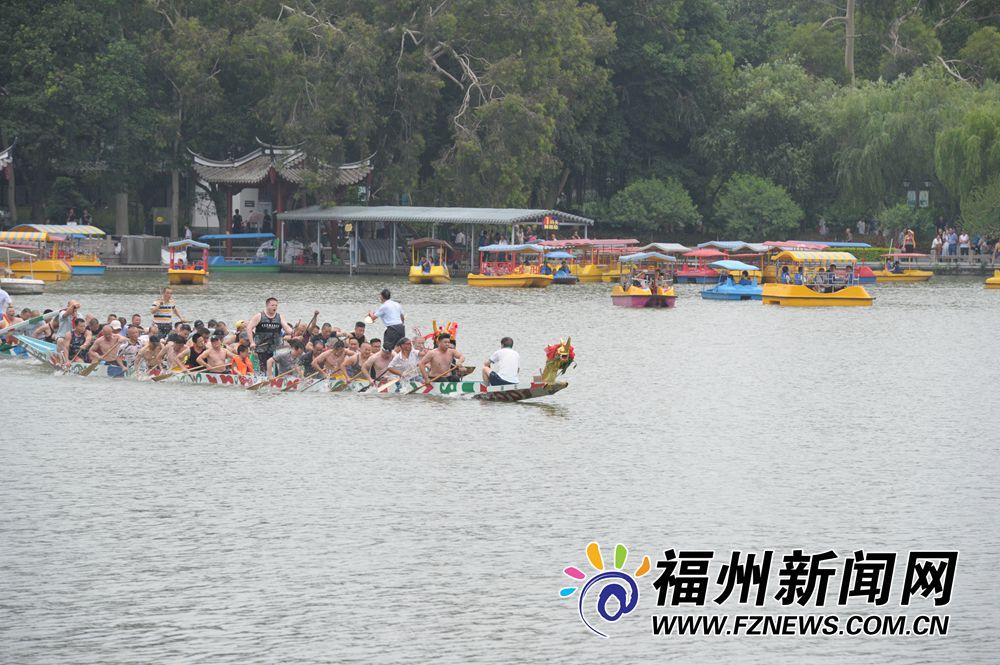 """福州西湖""""湖天竞渡"""" """"牛头马面""""龙舟很奇特"""