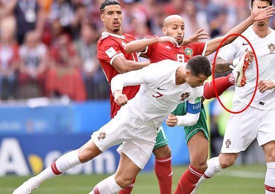 世界杯C罗越老越不要命,进球一刻险被爆头:朝对手鞋钉飞去