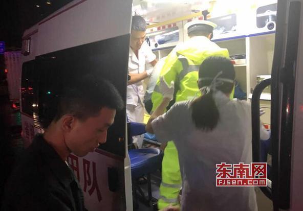 莆田:市民雨夜爬墙摔伤腿 城厢交警警车护送就医