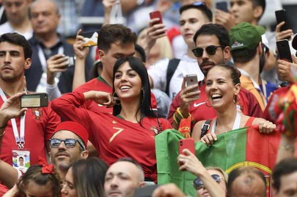 C罗世界杯进四球 C罗女友乔治娜场边晒钻戒闪瞎眼