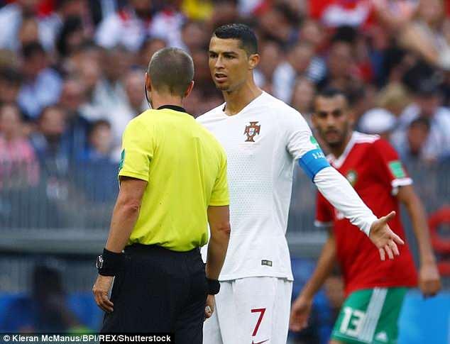 裁判盖格也是C罗迷弟!偷找C罗索球衣 对手阿姆拉巴特嘲讽抗议