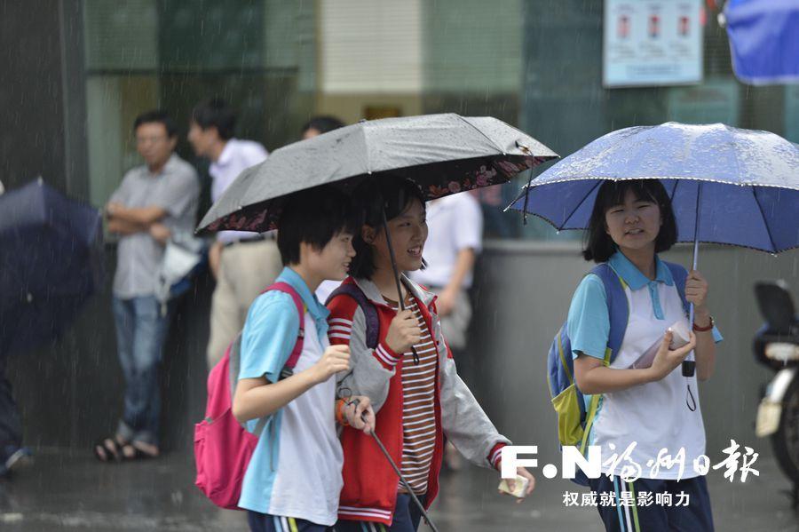 福州中考22日开考 考点为考生提供防雨用具等服务