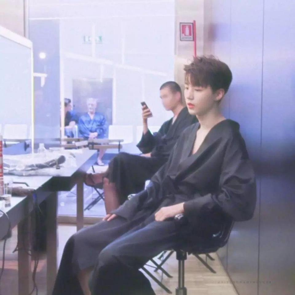 《中餐厅》赵薇坐在了王俊凯身上?其实是神角度拍摄