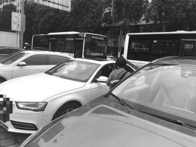 南安李厝花园人行道上有人私自设点收停车费 市民可拒绝缴费