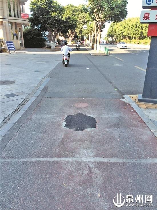 不用再担心骑车经过会撞上了 泉州刺桐路两侧石墩被撤除