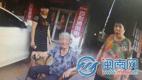 南安85岁阿婆体力不支当街摔倒 幸得好心路人接力救助