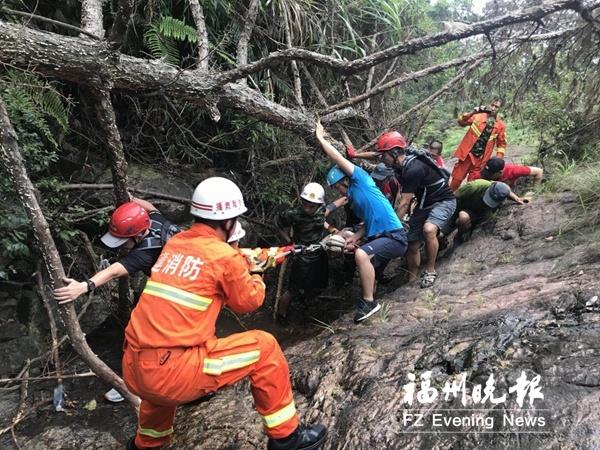 福州一男子在鼓山情人谷受伤 多方力量参与救援
