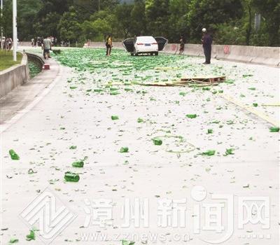 酒瓶掉落路面碎片百米长养护人员4小时清净路面