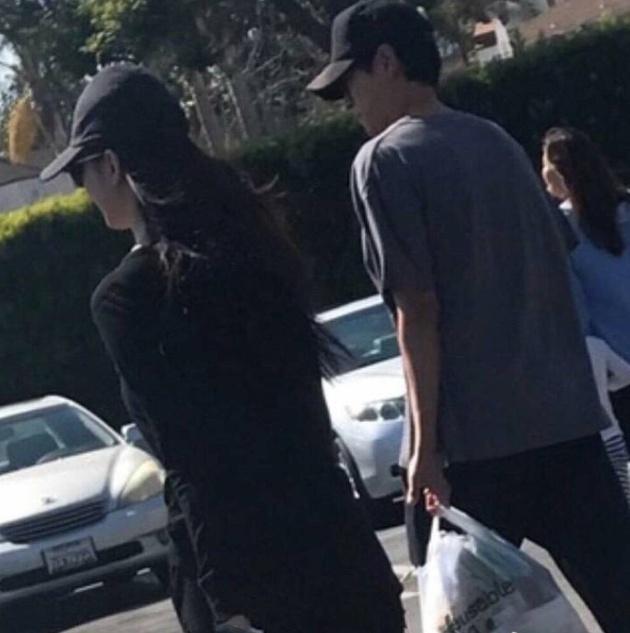 姜东元韩孝周恋情疑坐实,二人洛杉矶同游穿着简单关系亲密