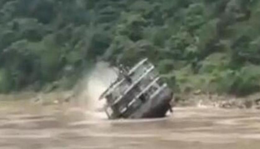 长江水域货船翻覆 事发重庆铜锣峡水域 船上7人全部获救