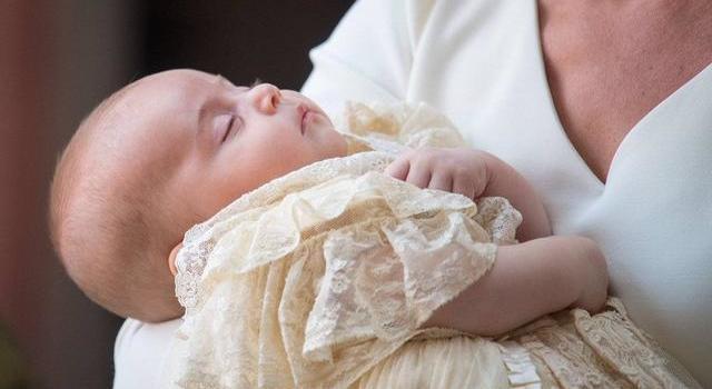 英国路易小王子接受洗礼 皇室全家福有点蓝
