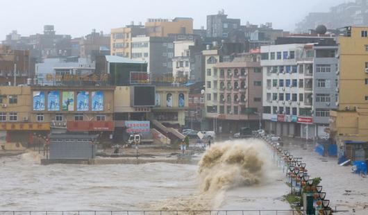 台风直击:霞浦县三沙镇 惊涛骇浪冲击上岸