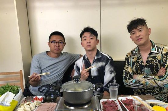 郑恺吃火锅属性暴露无疑 吃货样惹同桌翻白眼