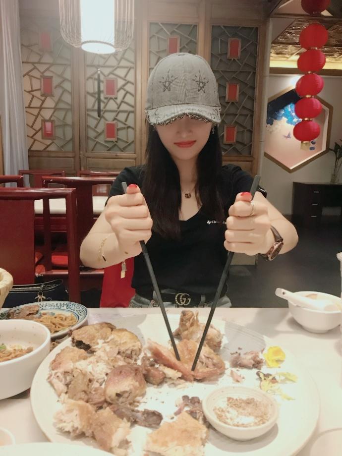 吴宣仪程潇深夜聚餐晒萌宠 懒理风波笑容甜