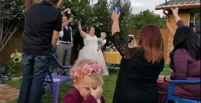 隔着屏幕都能感受到这群参加婚礼宝宝的生无可恋!