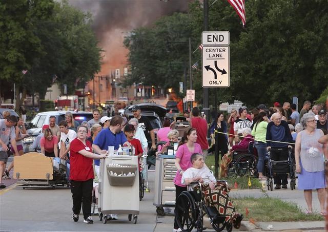 美国威斯康辛州发生天然气爆炸 大楼炸塌汽车起火