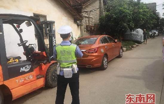 莆田城厢交警大队查处车辆违停违法行为