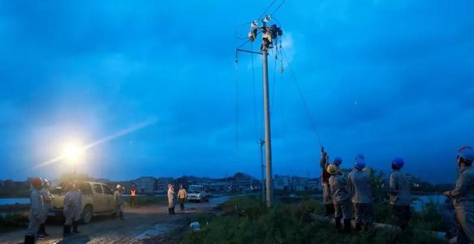 致敬!电网员工全力抢修台风受损线路 力保福建居民用电
