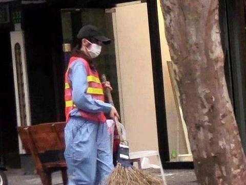 唐嫣化身清洁工扫大街,到底是姿势娴熟不做作还是摆造型作秀?