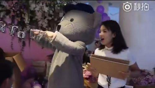 王珂变装扮玩偶为刘涛庆生,40岁刘涛笑靥如花似少女!