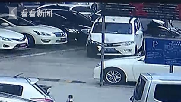 连撞宝马等8辆车,五菱面包车司机就要赔惨了!现场视频曝光