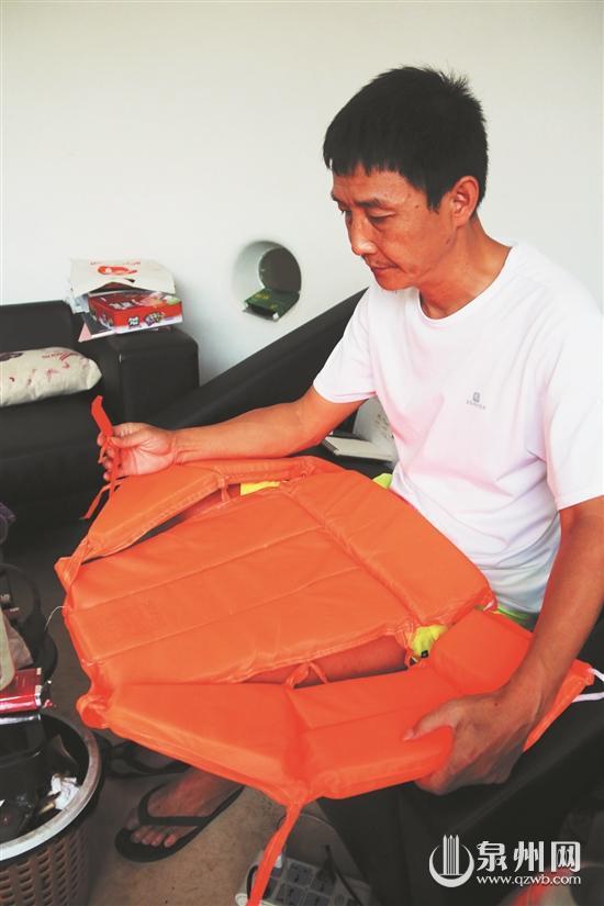 原标题: 遇到海难该如何自救 穿对救生衣是关键 近日,发生在泰国普吉