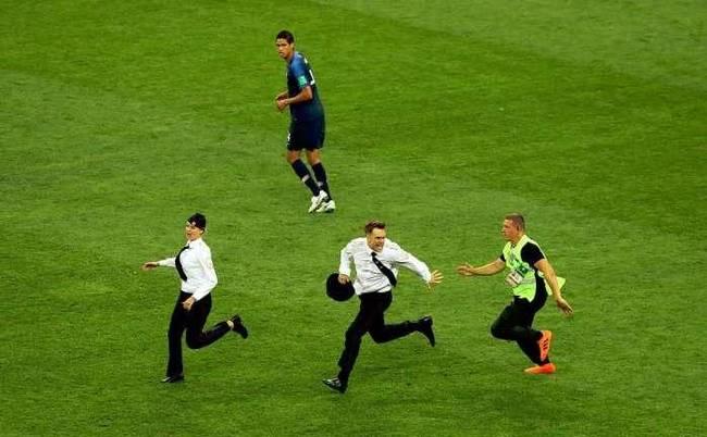 四名球迷冲进球场谁获利最大?世界杯球迷跑进球场原因揭晓!