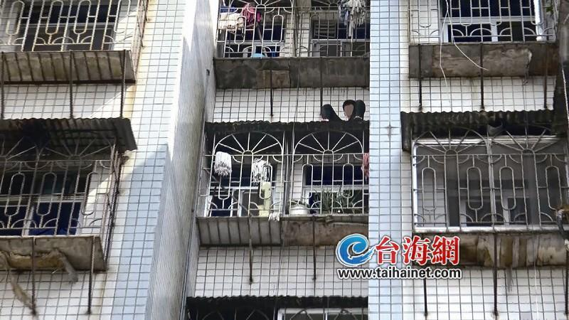 同安一男生被困窗台雨棚 消防驾云梯车营救