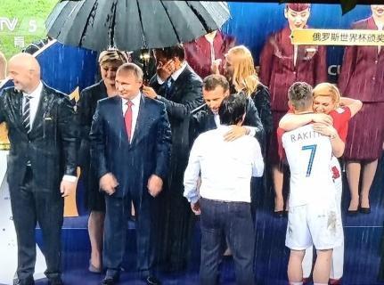 世界杯颁奖下暴雨 普京伞下鼓掌 女总统基塔罗维奇淋雨拥抱每位英雄