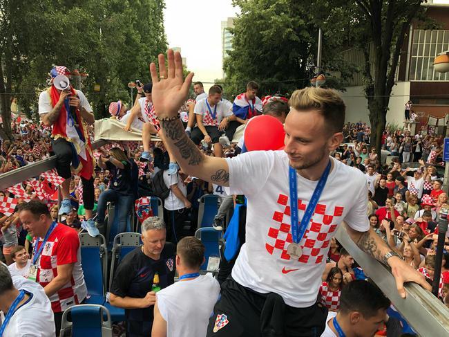 克罗地亚万人空巷人都去哪了?世界杯英雄凯旋魔笛挥舞焰火庆祝