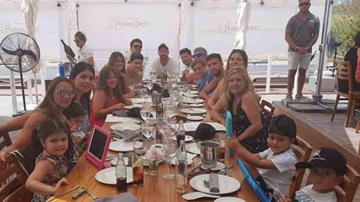 梅西超庞大家族17人集体旅行聚餐 小儿子西罗为何没出现?