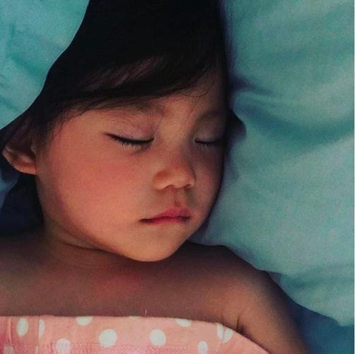 陈冠希晒女儿睡颜 陈冠希女儿Alaia和母亲秦舒培长得像吗?