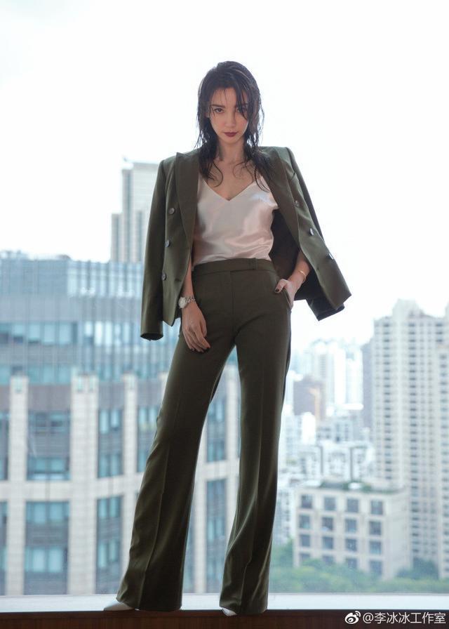 李冰冰穿吊带短裙展现熟女霸气 网友:越来越像刘晓庆了