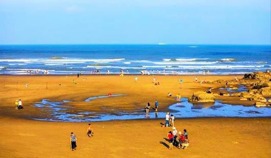 """福州:在长乐象鼻澳海滩""""冲浪""""一夏"""