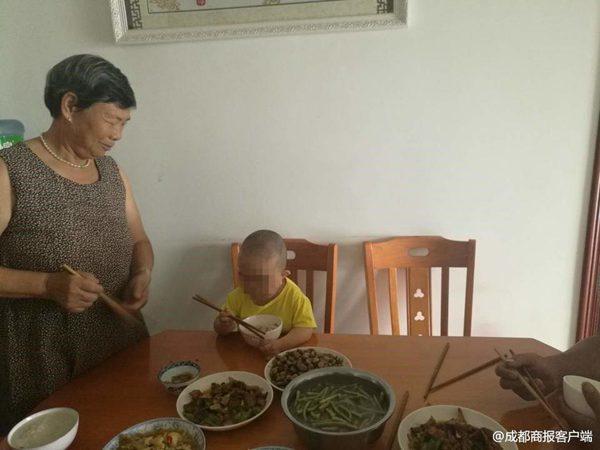 48岁儿子76厘米,智力如同3岁的孩子71岁母亲无奈道出实情