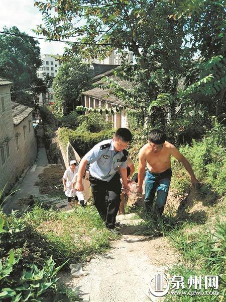 七旬老人摘香蕉摔伤 安溪民警下田来救人